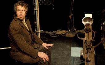 Bernard Saint Omer, dans Le Corps de mon père, au théâtre de l'Essaïon.