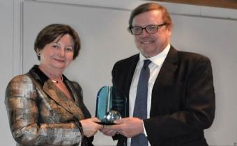Remise du prix du Juriste mondial 2017 par l'Ambassadeur David Scheffer à Silvia Fernández de Gurmendi à La Haye, 14 février 2018. Photo CPI.