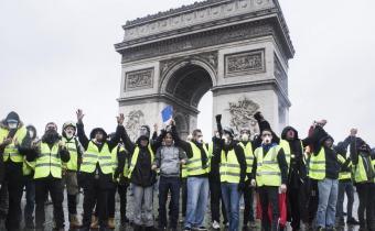 Manifestation Giles Jaunes, devant l'Arc de Triomphe à Paris.