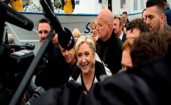Marine Le Pen et, derrière, son garde du corps, Thierry Légier.