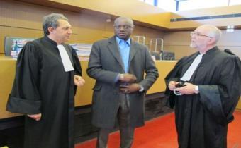 André Mikano, entouré de ses deux avocats, Jeffrey Schinazi et Michel Stansal, 10 déc. 2013. DR.