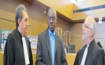 André Mikano, entouré de ses deux avocats devant le tribunal correctionnel, 10 févr. 2013.