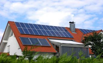 Maison recouverte de panneaux photovoltaïque.