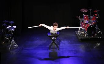 Une vie sur mesure, avec Axel Auriant-Blot, au théâtre Tristan Bernard. Photo Margot Mouth.