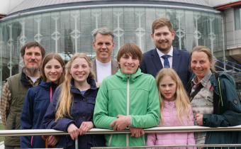Les parents Wunderlich et leurs quatre enfants et, en arrière-plan, leurs conseils. Photo ADF.