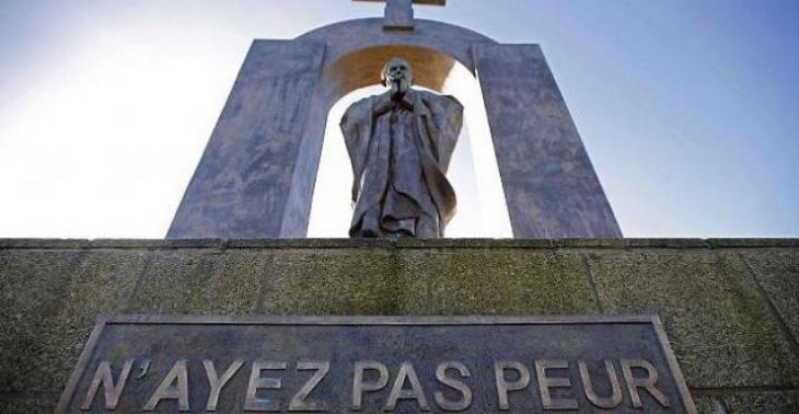 Statue représentant le pape Jean-Paul II surmontée d'une arche et d'une croix. Don de l'artiste russe Zurab Tsereteli à la commune de Ploërmel.