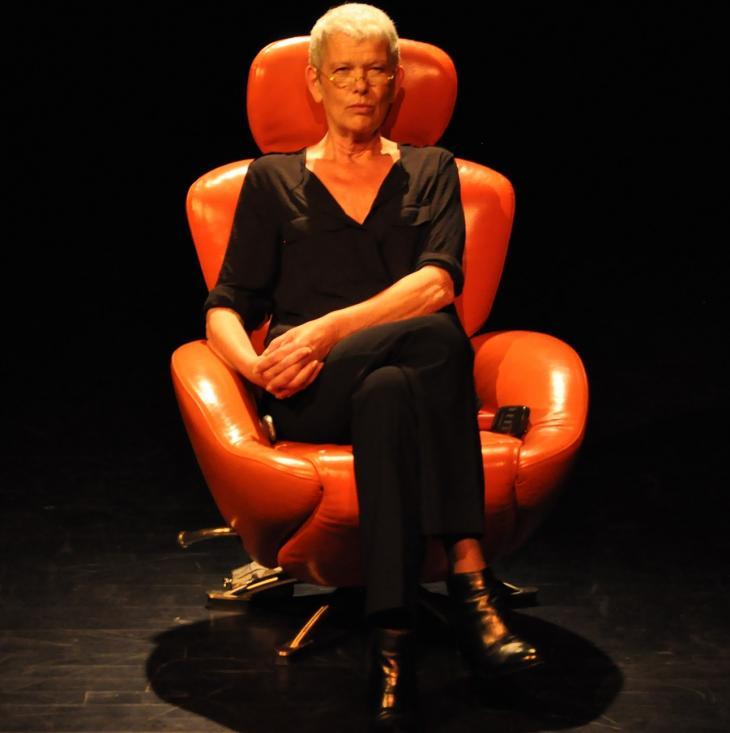 PSYcause(s) 2, de et avec Josiane Pinson, au théâtre de l'Archipel. Photo Aida Diagne.