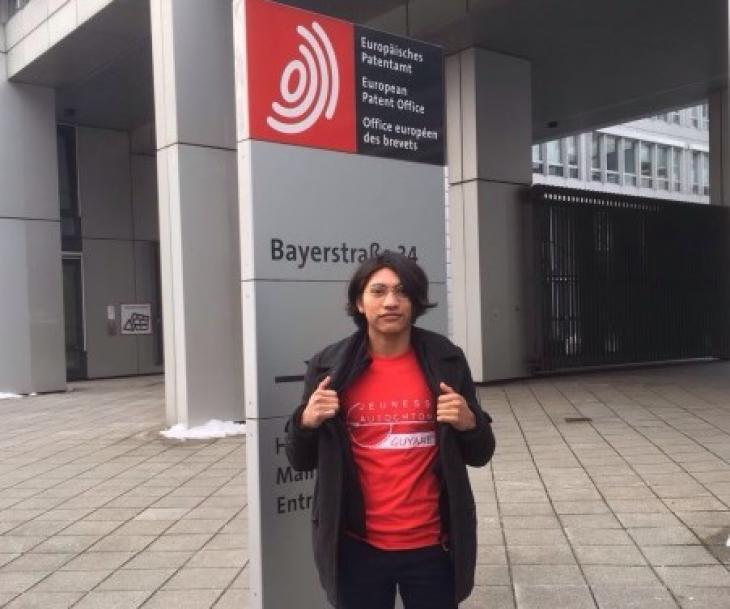 Tapo Aloïke devant l'Office européen des brevets à Munich, 21 févr. 2018. Photo Thomas Burelli.
