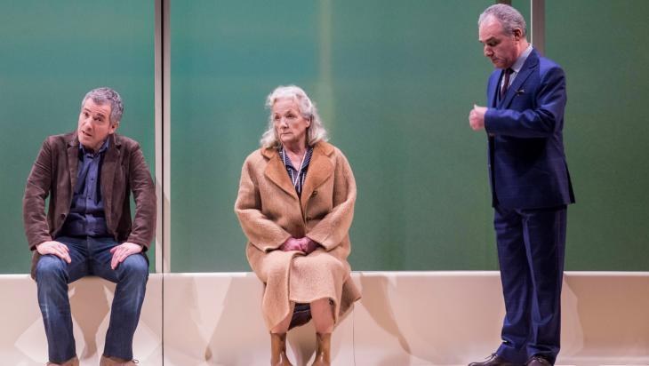 Votre Maman, au théâtre de l'Atelier. Avec, de g. à dr., Bruno Putzulu, Catherine Hiegel et Philippe Fretun. Photo Ch. Vootz.