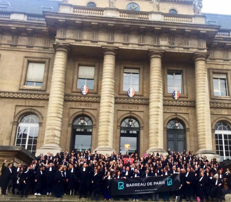 Rassemblement des avocats devant le palais de justice de Paris.
